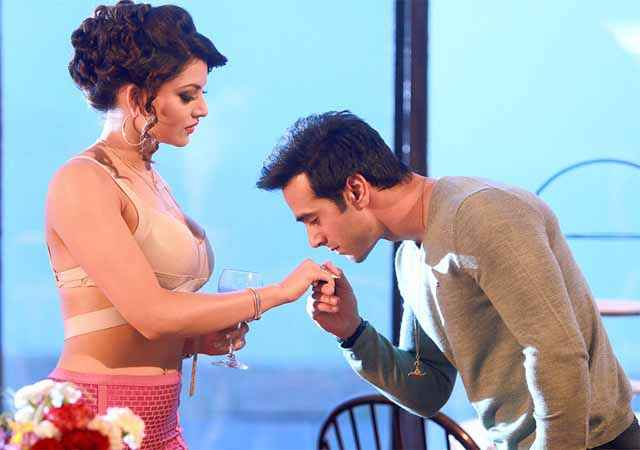 Sanam Re Pulkit Samrat Kissing Urvashi Rautela Hand Stills