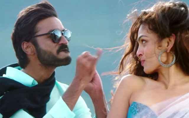 Shamitabh Dhanush Vandita Shrivastava Romantic Scene Stills