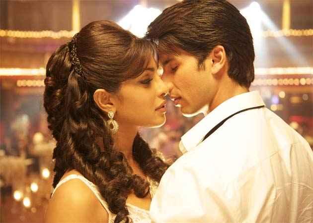 Teri Meri Kahaani Shahid Kapoor Priyanka Chopra Hot Scene Stills