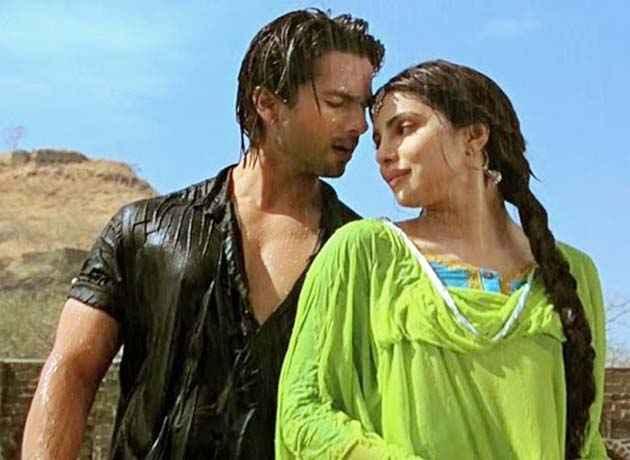 Teri Meri Kahaani Shahid Kapoor Priyanka Chopra Romantic Scene Stills