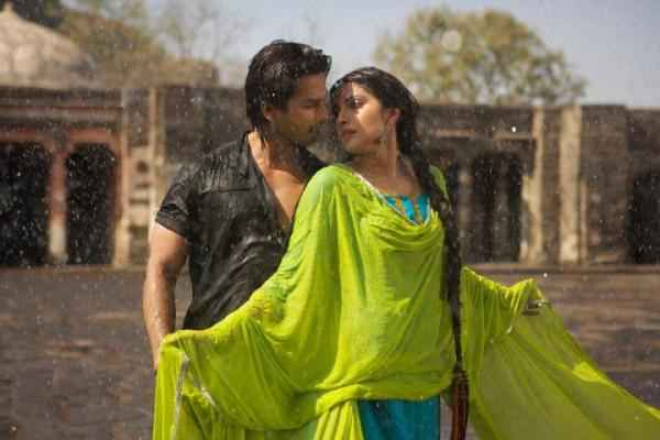 Teri Meri Kahaani Shahid Kapoor Priyanka Chopra Rain Romance Stills