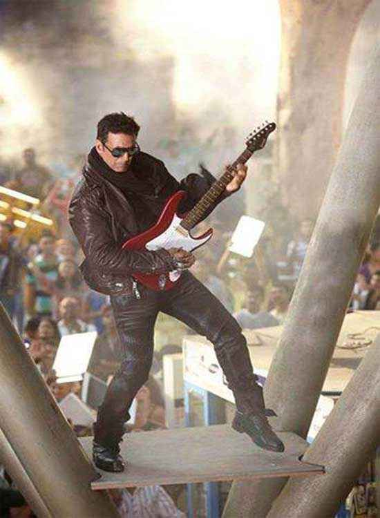 The Shaukeens Akshay Kumar With Guitar Stills