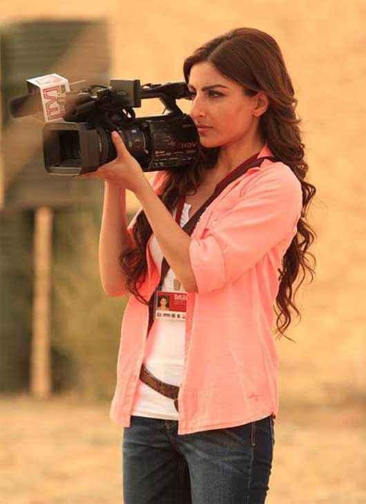War Chod Na Yaar Soha Ali Khan With Camera Pics Stills